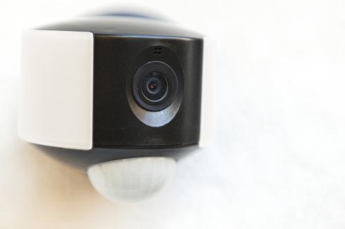 Vonkajšie nástenné svietidlo so vstavanou kamerou, snímačom pohybu a reproduktorom Lutec ARA