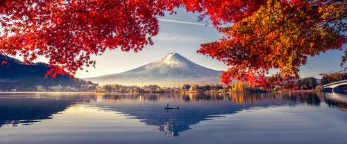 Fototapeta s výhľadom na sopku Fuji, jazero a stromy, kontrast teplých a studených farieb